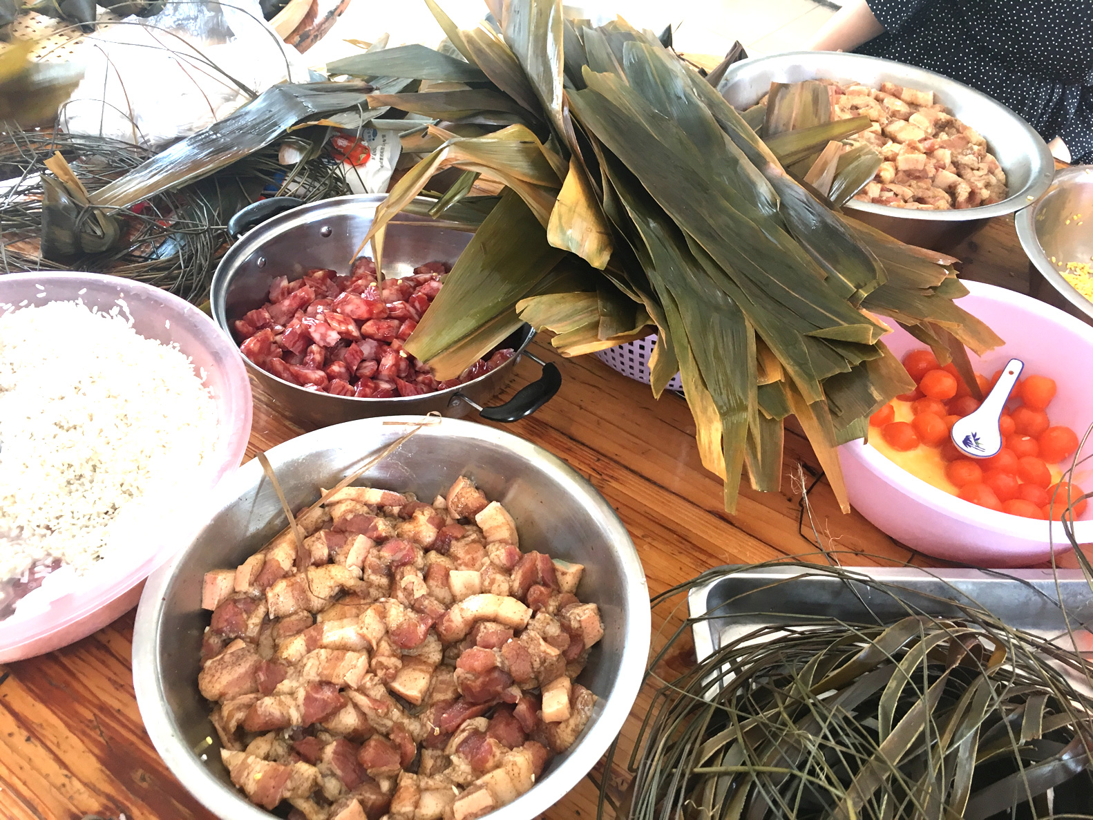 Ingredients for making dumplings: pork, sausage, dumpling leaves, glutinous rice, salted duck eggs, etc.